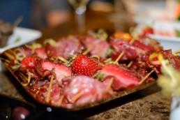 Involtini di capocollo di Martina France, Candonga Fragola Top Quality® cotta con pepe verde macinato e buccia grattata di limone del Gargano