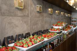 Particolare del Veronero Caffé Shop di Bari allestito con Candonga Fragola Top Quality®