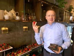 Giuseppe Nitti, direttore Veronero Caffè shop di Bari, con fragole Candonga Fragola Top Quality®